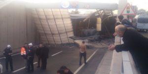 İzmir'de Boya Yüklü TIR Köprü Bloklarına Çarptı: 1 Yaralı