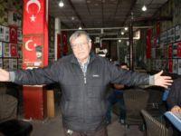 Eski Futbolcu Ömer Varlık Anılarını Kıraathanede Sergiliyor