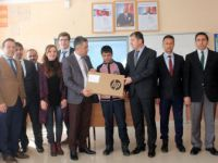 Gevaş Kaymakamı Çınar'dan Başarılı Öğrenciye Dizüstü Bilgisayar