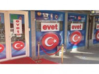 'Türk Bayrakları' Ve 'Evet' Çıkartmaları Vitrinleri Süsledi