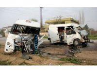 Adana'da Minibüsler Çarpıştı: 1 Ölü, 18 Yaralı