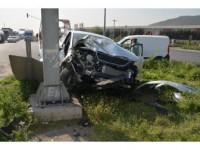 Aliağa'da Kamyonet İle Otomobil Çarpıştı: 2 Yaralı