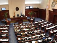 Makedonya'da korkulan oldu! Protestocular meclisi bastı