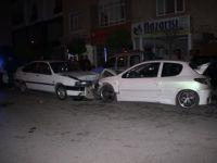 Karaman'da İki Otomobil Kafa Kafaya Çarpıştı: 1'i Çocuk 9 Yaralı