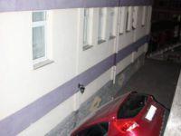 Karabük'te Acemi Kadın Sürücü Otomobil İle Apartmanın Bahçesine Düştü