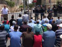 Filistinliler Cuma Namazını Kudüs'ün Caddelerinde Kıldı