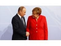 Putin Merkel İle Suriye'yi Görüştü