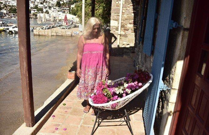 Sevenleri Tarık Akan'ın Balkonuna Begonviller Bıraktı
