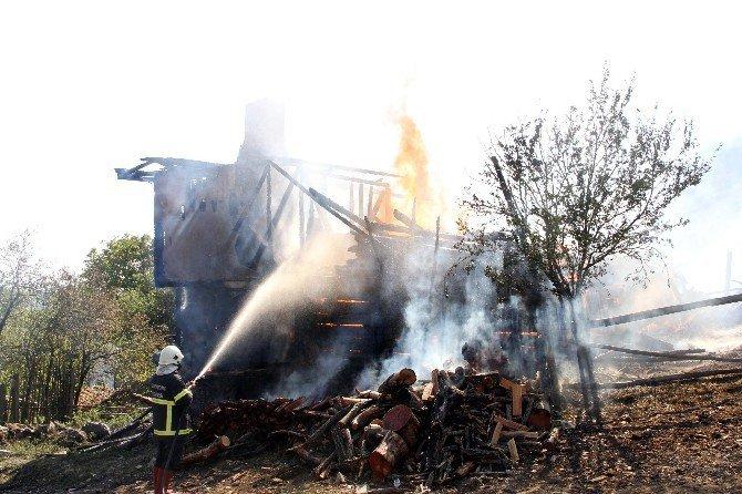 Kastamonu'da Elektrik Kontağından Çıkan Yangında 2 Ev Küle Döndü