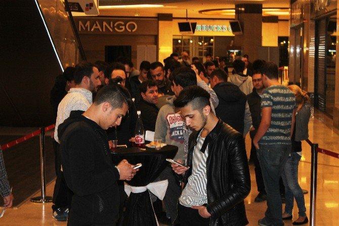 Konya'da Vatandaşlar iPhone 7 İçin Kuyruğa Girdi!