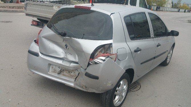 İzmit'te Hızını Alamayan Otomobil Bekleyen Araca Çarptı: 3 Yaralı