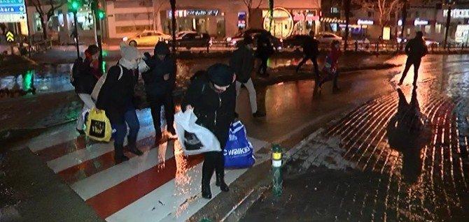 Bursa Şiddetli Lodos Vatandaşlara Geçit Vermedi