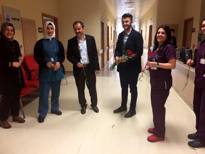 Ülkü Ocaklarının Gençleri Sağlık Çalışanlarına Çiçek Takdim Etti