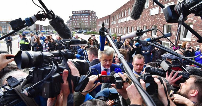 Hollanda Başbakanı Rutte Ve İslam Karşıtı Wilders Oy Kullandı