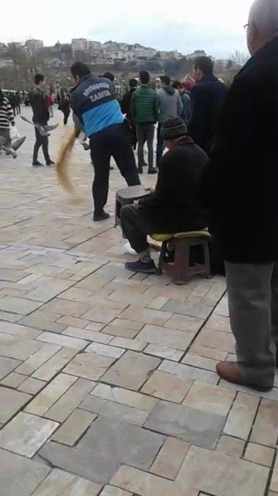 Zabıtalar Yaşlı Adamın 1 Tl'ye Sattığı Yemleri Döktü