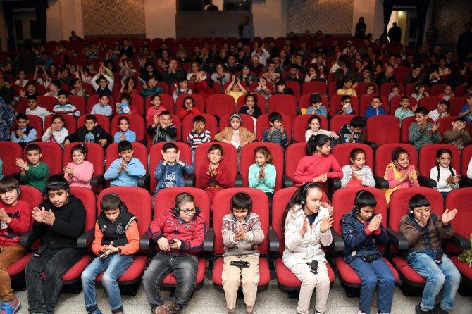 Büyükşehir Belediyesi, İşitme Ve Görme Engelli Öğrencileri Sinemaya Götürdü