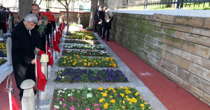 Başkan Karaosmanoğlu, Şehit Mezarlarına Karanfil Bıraktı
