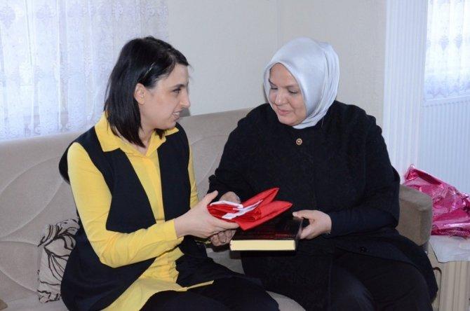 Keşir'den Şehit Ailelerine Türk Bayrağı Ve Kur'an-ı Kerim