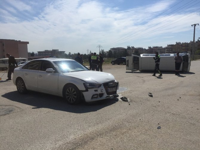 Manavgat'ta Otomobil İle Minibüs Çarpıştı: 4 Yaralı