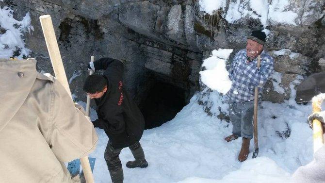 Derebucak'ta Dağların Delikleri, Karla Dolduruluyor