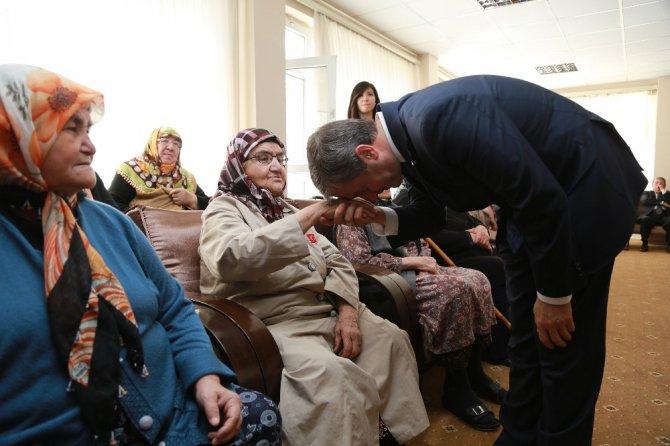 Başkan Tahmazoğlu Yaşlılar Haftasını Kutladı