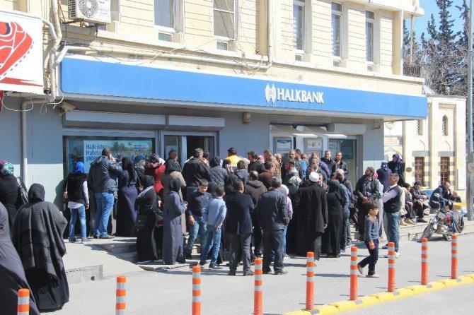 Suriyeliler 100 Tl'lik Bankamatik Kartı İçin Banka Önünde Uzun Kuyruklar Oluşturdu