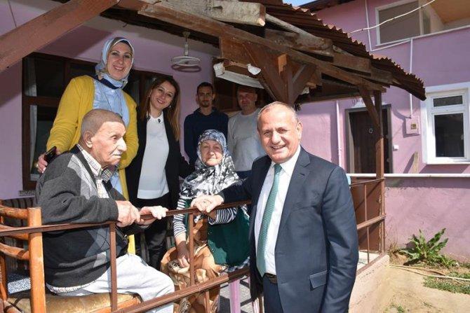 Başkan Yaşlıları Evinde Ziyaret Etti