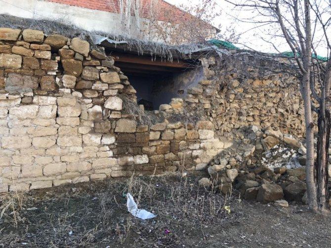 Horasan'daki Depremde Bazı Toprak Damlı Evlerde Hasar Oluştu