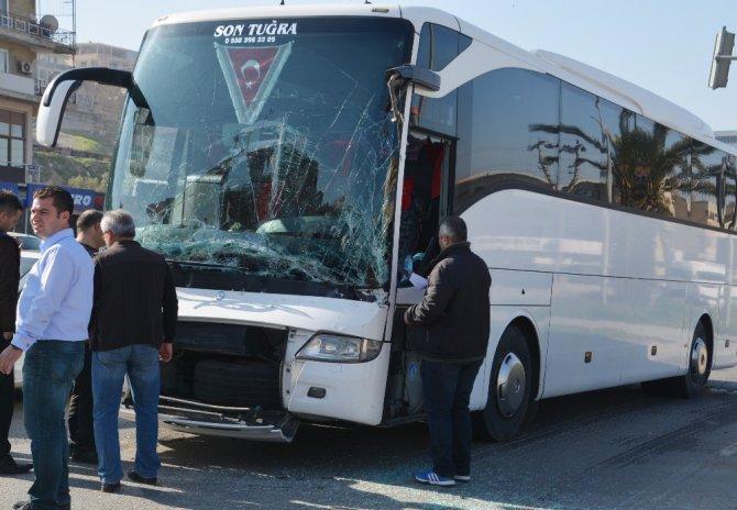 Tur Otobüsü İle Tır Çarpıştı, Yolcular Dehşeti Yaşadı
