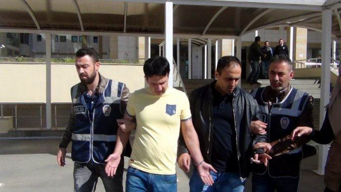 Antalya'da Turistlere Kendilerini Polis Olarak Tanıtan 2 İranlı Yankesici Tutuklandı
