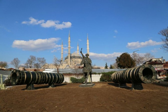Edirne'de Fatih Heykeli Geçici Olarak Selimiye'nin Önüne Taşındı