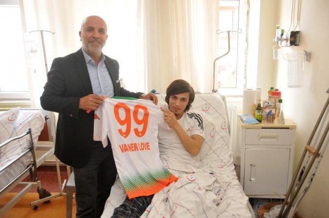 Başkan Çavuşoğlu'ndan Genç Taraftara Forma Sürprizi