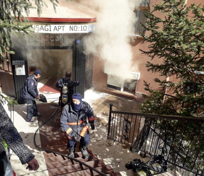 7 Katlı Binanın Zemin Katında Çıkan Yangın Paniğe Neden Oldu