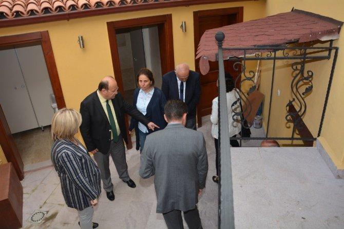 Başkan Özakcan, Restorasyonu Süren Konakları İnceledi