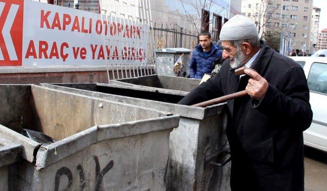 Bastonuyla Çöpte Yiyecek Arayan Yaşlı Adam Yürek Burktu