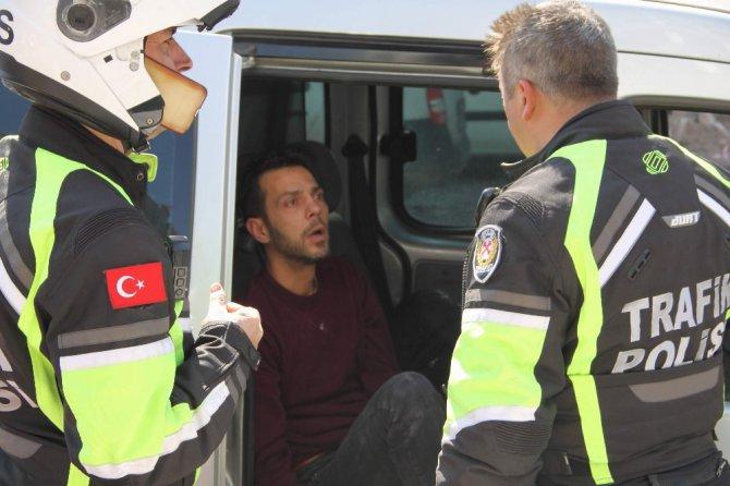 Kaza Yaparak Yola Devam Eden Otomobili Polis Ekipleri Durdurdu