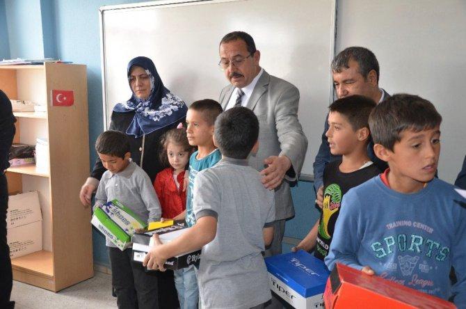 Şehit er Emre Kaan Arlı'nın Ailesinden Öğrencilere Ayakkabı