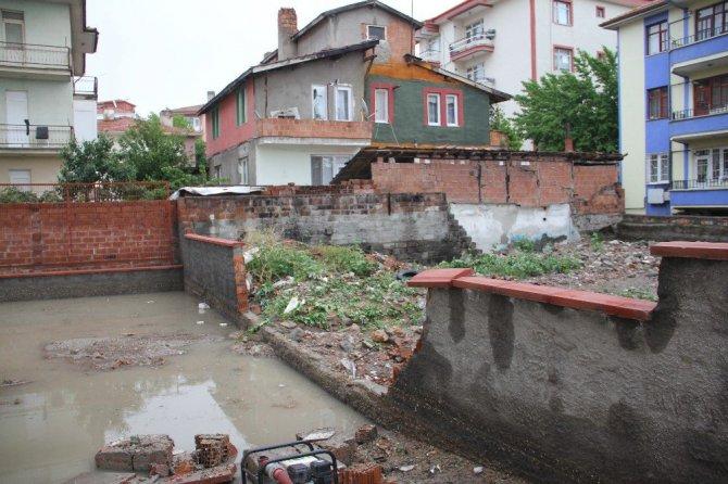 Çorum'da Apartman Duvarı Yıkıldı, Araçlar Sel Sularına Gömüldü